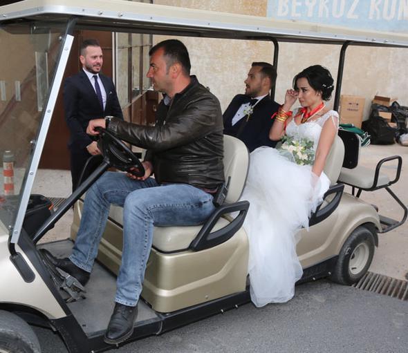 Ümit Erdim ve Seda Çınar, golf aracı bagi ile Beykoz Kundura Fabrikası'ndan ayrıldı.