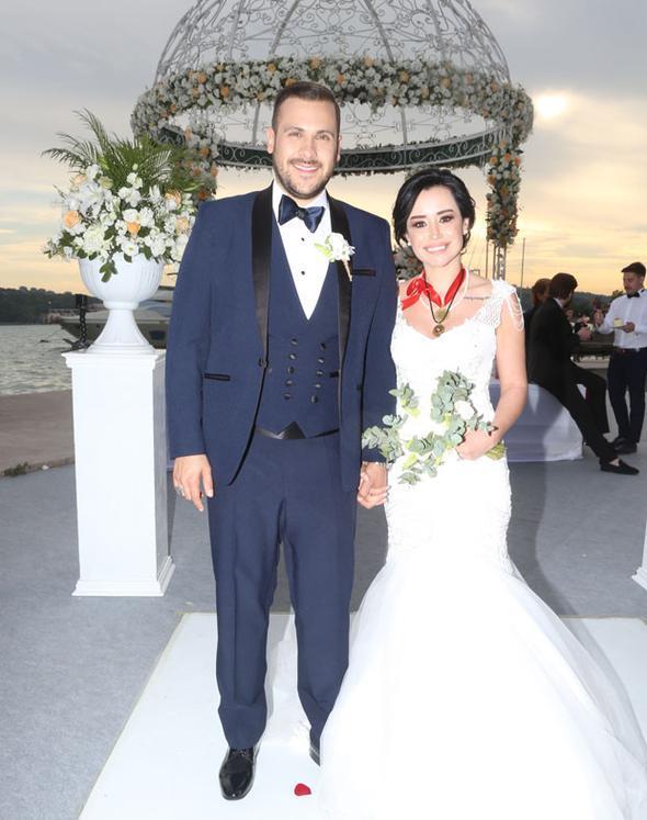 """Ümit Erdim bir süredir birlikte olduğu Seda Çınar'a, sosyal medya üzerinden """"Ben olsam benimle evlenirdim"""" mesajı atmış, Çınar da """"Ben olsam 'evet' derdim"""" yanıtını vermişti."""