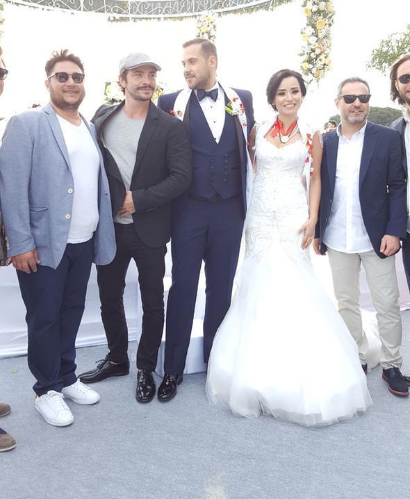 Ünlü oyuncunun nikâh şahidi Perran Kutman oldu. Düğüne çiftin ailesinin yanı sıra Derya Şensoy ve Ahmet Kural gibi ünlü isimler de katıldı.