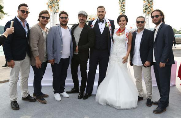 Ümit Erdim, sosyal medya aracılığıyla evlenme teklifi ettiği Seda Çınar'la önceki gün Beykoz Kundura Fabrikası'nda nikâh masasına oturdu.