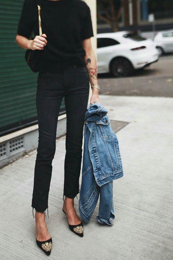 Kadınların işe giderken giyebileceği topuklu terliklerin yanı sıra düz tabanlı terlikler bu yaza şimdiden damga vuruyor.