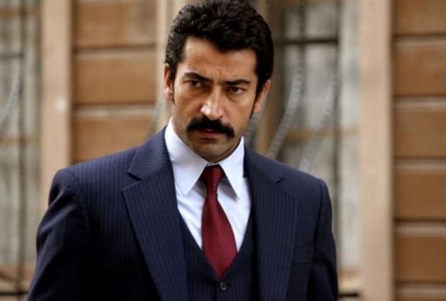 Kenan İmirzalıoğlu   İmirzalıoğlu'nun babası çiftci, annesi ise ev hanımı.