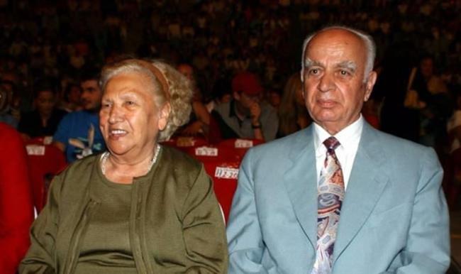 Sezen Aksu   Aksu'nun anne ve babası eğitimciydi. Babası emekli matematik öğretmeniydi.