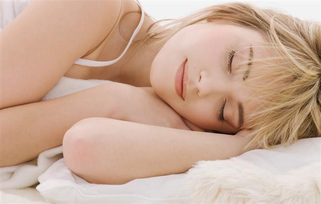 Yatak yastıkları genel olarak sert, orta sert ve yumuşak olarak 3 ana kategoride satılır. Eğer sırt üstü yatıyorsanız sert yastıklar başınızın gereğinden fazla yukarda olmasına, yumuşak yastıklar ise çok aşağıda kalmasına neden olacağından orta sertlikte bir yastık seçebilirsiniz. Yumuşak yastıklar daha çok yüzüstü yatanlar için idealdir. Yan yatıyorsanız orta sert ya da sert yastıkları kullanabilirsiniz.