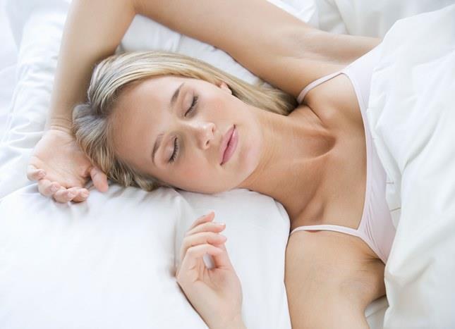 """""""Nasıl bir yatakta yatmalıyız""""sorusunun cevabı halen netlik kazanmamıştır. Sadece nasıl olmaması gerektiğini net bir şekilde söyleyebiliriz:  -Çok yumuşak ve ağırlığın geldiği yerler gereğinden fazla çöken yayları gevşemiş yataklar  -Dokusunda düzensizlik, girinti çıkıntılar bulunan yataklar kesinlikle kullanılmamalıdır.Bunların dışında kişi rahat ettiği yatakta yatabilir."""