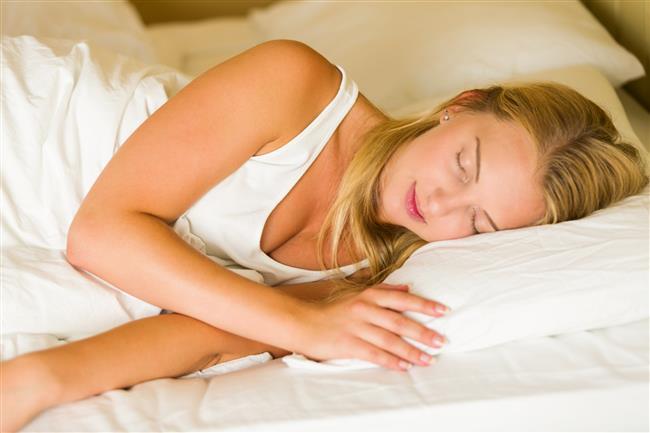 -Yüzüstü yatmak eğer rahatsızlık oluşturmuyorsa yanlış bir uyuma pozisyonu değildir. Aksine omurlar arasında diskler üzerine binen yükü azaltır ve durumu korur.  Bel fıtığı hastalarının genelde sırt üstü yatması istenir veya yan yatarak dizler karına çekili şekilde yatarlar.Bu pozisyon aslında önce rahatlatıcı gibidir ancak bel fıtığı hastaları için uygun bir pozisyon değildir. Bu hastaların yukarıda belirttiğim bel rulosunu uygulamaları daha iyi sonuç verir.
