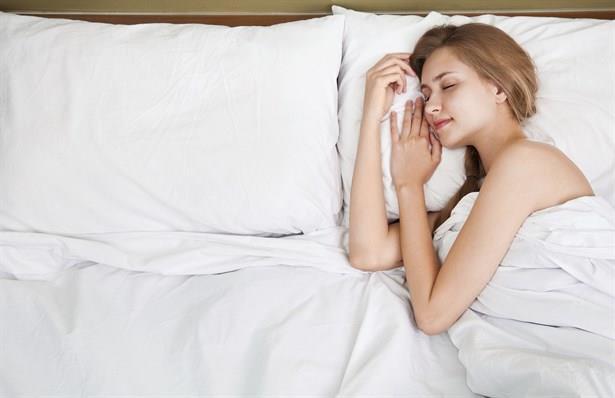 Yatak yastığının hangi büyüklükte olduğuna dikkat edin. Bazıları yastıklarını ikiye katlayarak kullanmayı sever. Eğer sizde onlardansanız çok büyük ve sert yastıklar işinize yaramayacaktır. Daha küçük ve orta sertlikteki yastıkları kullanabilirsiniz.