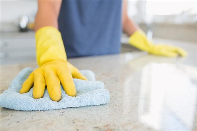 """Temizleme Tozu  """"Kabartma tozunu temizli tozu olarak da kullanabilirsiniz. Kabartma tozu serpin ve istediğiniz bir eşyayı ovun. Diğer ovmaların aksine yüzeyleri çizmez. Mutfak tezgahı gibi yüzeyleri ise sirke kullanarak temizleyebilirsiniz."""