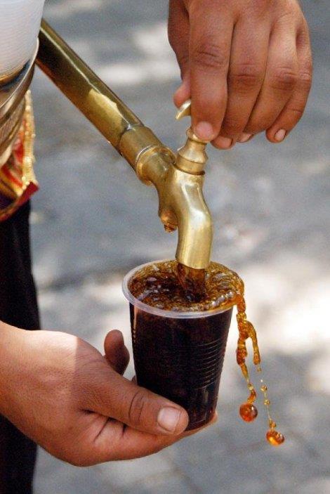 Meyan Kökü Şerbeti  Yüzyıllardır bilinen bu geleneksel içecek, asitli içecekler gibi mideye zarar vermiyor, tam tersi rahatlatıyor, susuzluk gideriyor.