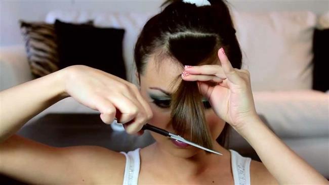 Eğer saçlarınızı kendiniz kesmek istiyorsanız biraz el becerisi, ince bir tarak ve makas işinizi görebilir. Öncelikle saçlarınız kuru ve temiz olmalıdır. Eşit bir şekilde kesim yapmak için  saçınızın kuru olması önemlidir.