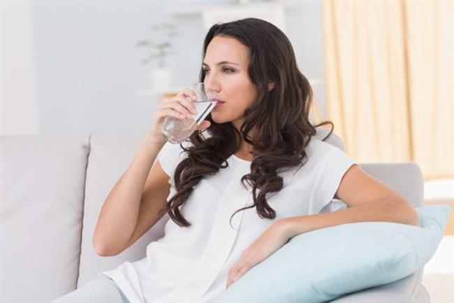 • Vücudun susuz kalmasını önlemek için oruç öncesi sonrası günde toplam yaklaşık 2 litre su tüketin. • Aşırı kaloriye sebep olabilecek şekerli, kremalı, kaymaklı, kızartılmış ağır yiyeceklerden, salam, sucuk, sosis gibi işlenmiş yağlı yiyeceklerden, asitli şekerli içeceklerden uzak durun.