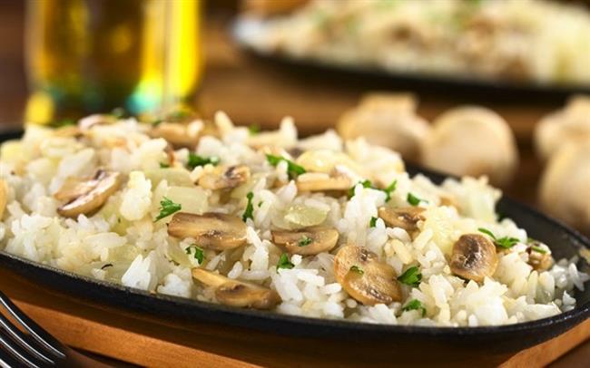 Mantarlı Pirinç Pilavı  Malzemeler: 2 su bardağı kepekli pirinç  400 gr. mantar 3 yemek kaşığı zeytinyağı 1 tatlı kaşığı tereyağı Tuz  Yapılışı:  Pirinci bol suyla yıkayıp suyunu süzdükten sonra bir kaba alın. Üstünü örtecek kadar sıcak su ekleyip bırakın o kabın içinde 15 dakika kadar kafasını dinlesin. Ortadan ikiye böldüğünüz mantarları yüksek ateşte zeytinyağıyla kavurun. Tereyağını ve yıkanmış kepekli pirinci ekleyin, birkaç dakika daha kavurun. Üstüne 3 su bardağı kaynar su ekleyin. Kaynadıktan sonra üstü kapalı halde pirinçler suyunu çekene kadar pişirin. Ocaktan aldıktan sonra demlenmesi için kapakla tencerenin arasına kağıt havlu yerleştirip kısa bir süre bekleyin.
