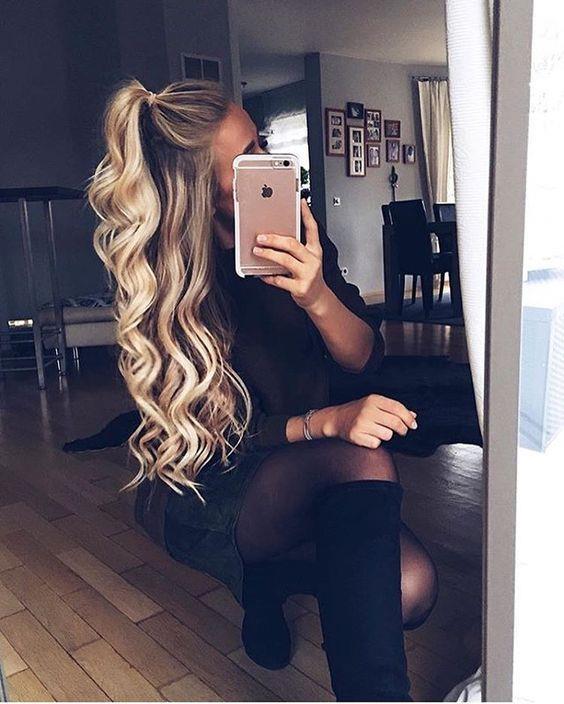 Doğal Yöntemlerle Röfle Yapılabilir mi?  Bazı kaynaklara göre birtakım doğal yöntemlerle saçınızın rengini açabilir, dolayısıyla röfle de yapabilirsiniz. Ancak bu yöntemlerin sonucunda elde edeceğiniz rengin garantisi olamayabilir. Dolayısıyla ideal olan röfle seti kullanarak yapılan uygulamadır. Bununla birlikte aşağıda birkaç doğal yöntemi de bulabilirsiniz.  Limon suyunun doğal ağartma özelliği vardır. Böylece saçınızın rengini açabilir ve doğal olması sebebiyle saçınıza da zarar vermemiş olursunuz. Bunun için birkaç limonu küçük bir kâseye sıkmalı ve ardından limon suyunu belirlediğiniz tutamlara bir fırça yardımıyla ya da parmaklarınızla sürmelisiniz. Ardından açılma işlemini aktive etmek için güneşte 20-30 dakika oturmalısınız. Burada dikkat etmeniz gereken bu işlemin açık renk saçlarda daha iyi duracağıdır, çünkü koyu renkli saçlarda turuncu ya da cırtlak bir renk ortaya çıkabilmektedir.