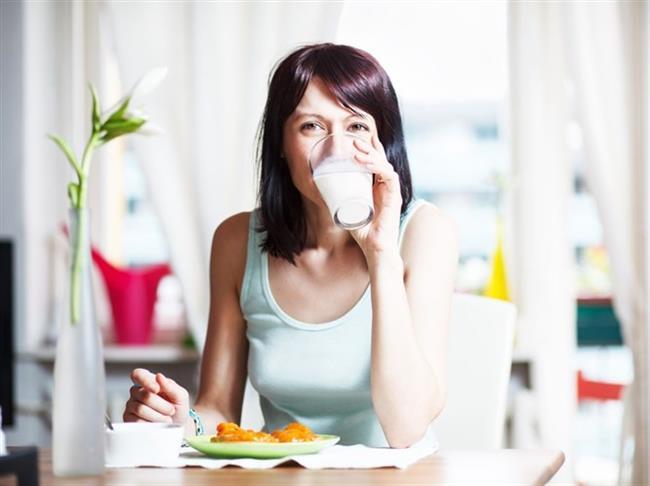 Süt hem protein içeriği yüksek olan bir besin olması nedeniyle tokluk hissedilmesine yardımcı olur, hem de sıvı ihtiyacının karşılanmasına destek sağlar.1 bardak sütün mide boşluğunu hissettirmeden insanı en az 4 saat boyunca tok tuttuğu belirtiliyor.