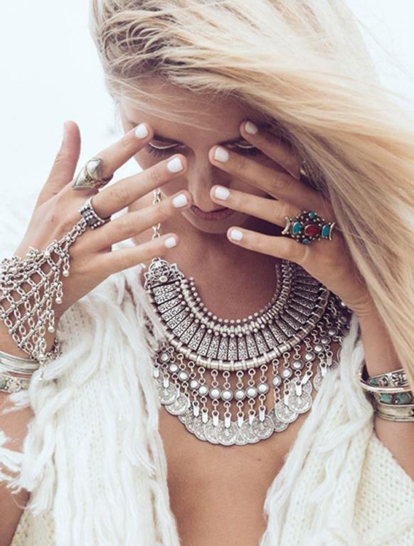 Cilt Renginizle Taşların Uyumu   Seçeceğinizi mücevherin taşının rengi cildinizi olduğundan çok daha çekici ve canlı gösterecek bir güce sahiptir.