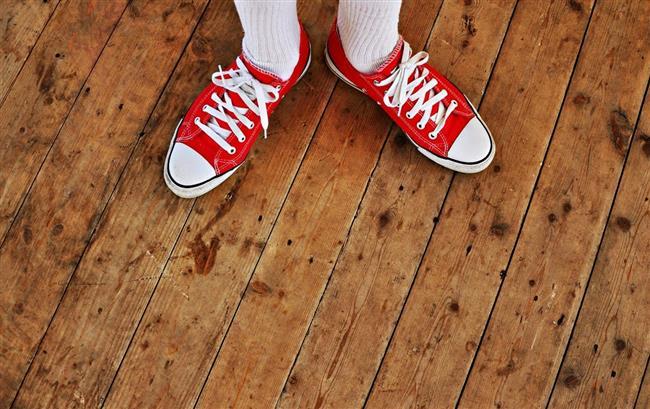 5. Tertemiz bağcıklar   Ayakkabınızın kendisi kadar bağcıklarının temiz oluşu da kusursuz görünmesini etkiler. Spor ayakkabılarınızın bağcıklarını temiz tutmak için onları makinaya atmak yerine elinizde sabun ile yıkayıp kurumaya bırakmanız yeterli.