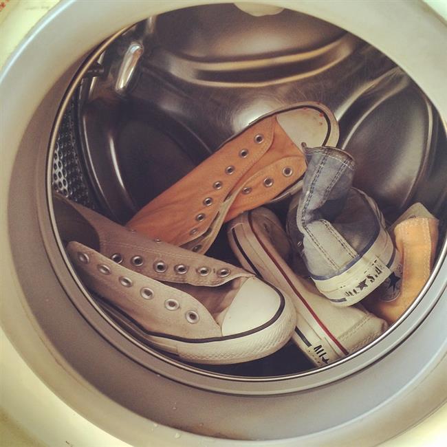 Çamaşır makinanız hassas yıkama modunda olsa dahi, beyaz ayakkabılarınıza zarar verebilir. Bu nedenle beyaz spor ayakkabı bakımı için her zaman elle temizlemeyi tercih edin.