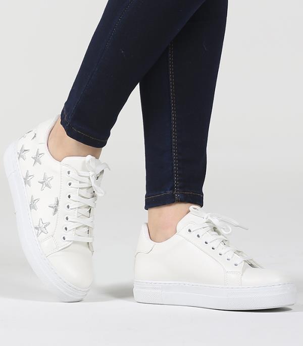 6. Ufak bir oje dokunuşu   Beyaz spor ayakkabı modellerinizde küçük bir leke ya da çizik gördüğünüzde beyaz ojenizi çıkarın ve o alana sürün. Bu minik rötuşla spor ayakkabınızda harikalar yaratabilirsiniz.