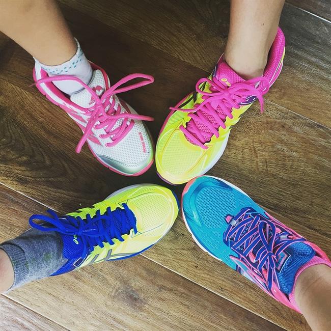 7. Şampuan temizliği  Temiz spor ayakkabılarınızın başına gelebilecek en kötü şeylerden biri de üzerine yağ damlamasıdır. Üzülmeyin!