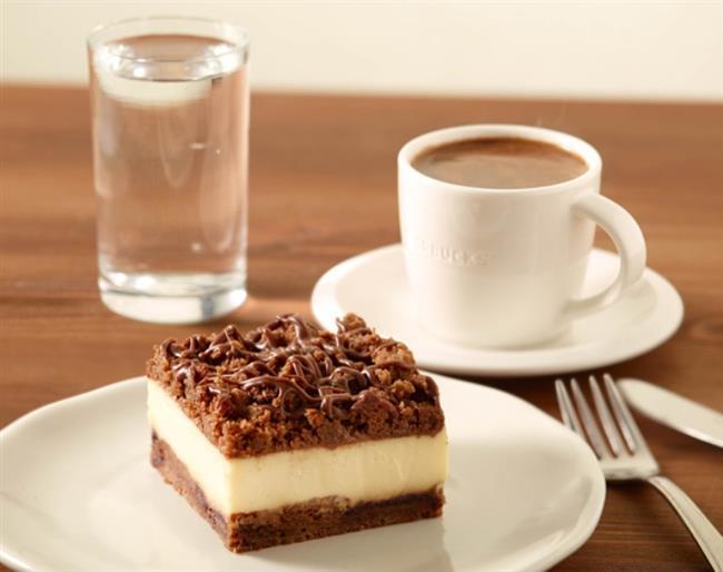 Hurma kullanılarak yapılan tatlılar, kekler, kurabiyeler ve  tartlara ait tarifleri sizin için derledik. İşte en lezzetli ve pratik hurmalı tarifler!   Hurmalı Cheesecake:   Malzemeler:   • 1 su bardağı bisküvi • 1/4 su bardağı toz şeker • 4 silme yemek kaşığı margarin • 2 paket  cream cheese  • 1 + 1/4 su bardağı kahverengi şeker • 3 yumurta  • 2 silme yemek kaşığı un • 1 paket toz vanilya • 2 su bardağı çekirdekleri çıkarılıp doğranmış hurma • 3/4 su bardağı toz şeker • 3/4 su bardağı su  Hazırlanışı:    Alt taban malzemelerini mutfak robotunuzdan geçirip karışmasını sağlayın. Yağlanmış kelepçeli kek kalıbınıza kaşığın tersi ile eşit düzlükte yayıp bastırarak düzeltin. İçini yaparken buzdolabında bekletin. Eğer mutfak robotunuzun haznesi genişse yine ayni robotta veya genişçe bir kasede oda ısısındaki cream cheese'i krema gibi olana kadar çırpın (10-20 saniye kadar). Kahverengi şekeri ilave edip yine karıştırın. Ara sıra  kenarlarından içeriye doğru sıyırıp iyice karışmasını sağlayın. Yumurtaları tek ,tek ilave edip yine karıştırın. En son un ve vanilyayı serpiştirerek ilave edip en son tekrar hafifçe çırpın. Hazırladığınız kalıba boşaltıp önceden ısıtılmış 160C dereceli fırında 55 dakika kadar ortası sertleşmeye yüz tutana kadar pişirin. Kalıpta soğuduktan sonra kenarlarından bıçakla geçirip kelepçeyi çıkarabilirsiniz. Alt tabanını çıkarmayın. Ceviz hariç üst malzemeleri tencereye koyup karıştırın. Koyulaşıp suyunu çekene kadar pişirin. En son cevizi ekleyip ılınmaya bırakın. Ilındıktan sonra düzgün şekilde cheesecake'inizin üstüne yayın. Dolapta iyice soğuduktan sonra kekiniz servise hazırdır.