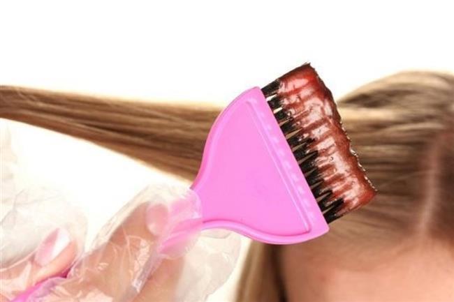 Saç Cilası Nasıl Uygulanır?  Saç cilasını 3 farklı yöntemle uygulayabilirsiniz: 1-    Kuaförünüze yaptırabilirsiniz.  2-   Hazır satılan saç cilalarından satın alarak evde kendiniz uygulayabilirsiniz. 3-    Malzemeleri tek tek satın alarak evde kendi saç cilanızı yapıp saçınıza uygulayabilirsiniz.  Malzemeleri tek tek alıp evde saç cilası hazırlama fikrine sıcak bakmıyorsanız, ilk iş olarak kozmetik mağazalarını ya da büyük mağazaların kozmetik reyonlarını ziyaret etmelisiniz. Bu mağazalarda avokadolu, ballı, vb özlerle desteklenmiş hazır saç cilalarını bulabilirsiniz. Evde saç cilası yapmak yerine kendinizi uzman ellere teslim etmek isterseniz, kuaförünüzden saç cilası işlemini yapmasını talep edebilirsiniz.