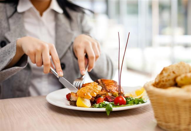 •Mümkün olduğunca etli sebzeli ya da sebzeli yemekler yiyin. Kızartmalar ve çok yağlı besinlerden uzak durun.  •Yediğiniz her şeyi yavaş ve çok çiğneyin.