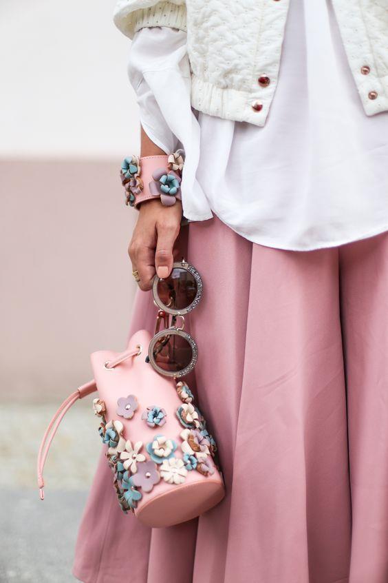 Süslemeli Çantalar  Üzerine süslemelerle, zımbalarla, çanta aksesuarları ile ek üzerine ek yapılan bu trend oldukça tarz ve şirin gözükmenize sebep olacak.