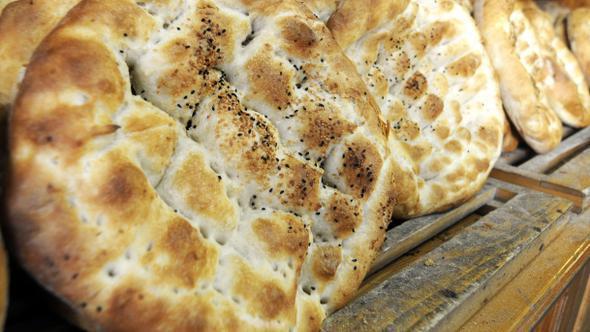 """•1 avuç pide, 2 ince dilim ekmeğe eşit  Ramazan pidesi, beyaz unla yapılan mayalı bir ekmek çeşidi. 1 avuç içi pide (4 boğum) 2 ince dilim ekmeğe denk geliyor. Çoğunlukla Ramazan sürecinde sofralara taşındığı için """"Bir ay yiyeceğiz nasıl olsa; bir şey olmaz"""" düşüncesi ağır basıyor."""