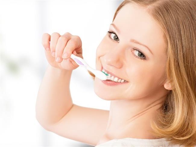 Diş fırçalamak vücudu besleyen bir durum olmadığı için oruçluyken de diş macununu yutmamak kaydıyla diş fırçalamanın bir mahsuru yok.