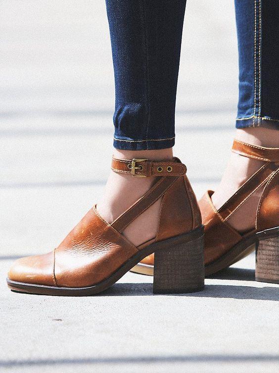 Kalın topuklu olması sebebiyle kullanımı oldukça rahat olan blok topuklu ayakkabıları hem gündüz hem de gece kombinlerinizde rahatlıkla kullanabilirsiniz.