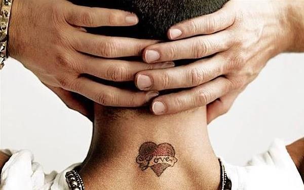 Tarkan  Ensesindeki kırmızı kalp içinde 'love' yazan dövmesi ile çok sayıda hayranının bu dövmeyi yaptırmasına neden oldu.