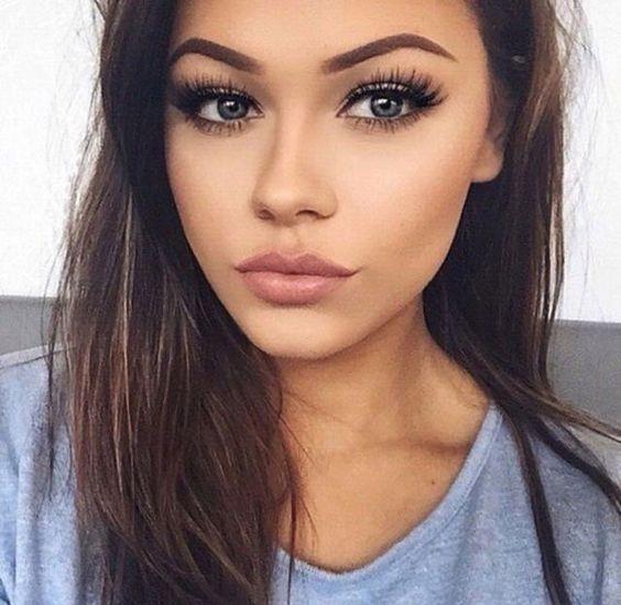 Mat Makyaj Yapımı:  Öncelikle mat göz farını gözlerinize uygulayın. Gözlerinizi vurgulamak için eyeliner ve maskara kullanmaktan çekinmeyin.