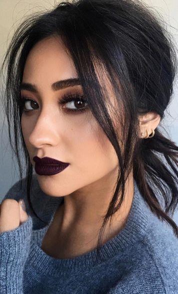 Çıplak dudaklarınıza ruj uygulamayın.Hem rujun etkisi uzun sürmeyecek hem de pürüzlü bir görünüm olacaktır.Rujla aynı renk olan koyu bir astar alın ve kontur çizin.Șimdi mat ruju uygulayabilirsiniz.