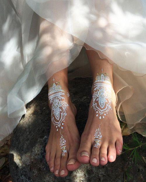 Hint kınasını yapmak istediğiniz elinize, bileklerinize ve ayak bileklerine bile yapabileceğiniz harika desenlerle daha dikkat çekici görünebilirsiniz.