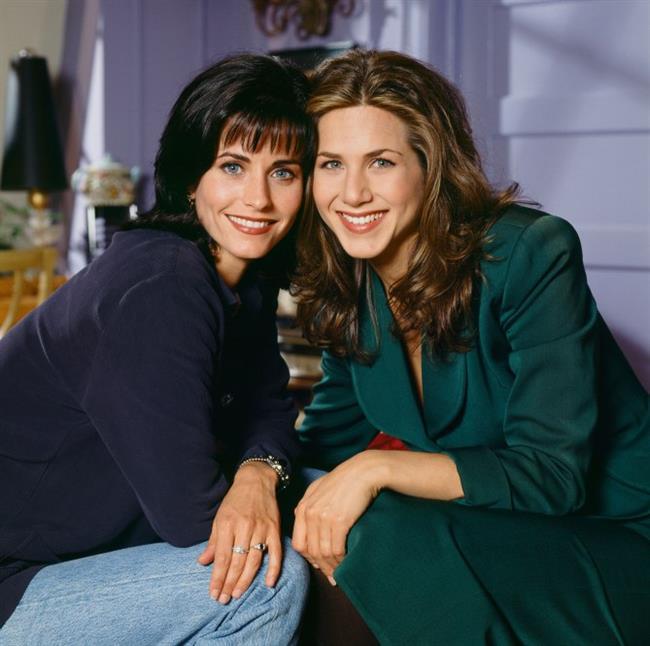 Jennifer Aniston ile Courteney Cox, Friends dizisinin setinde sıkı fıkı arkadaş oldu. Gün geldi onlar da farklı zamanlarda aynı adama aşık oldular. Önce Aniston Duritz ile romantik biri ilişki yaşadı. Ama bu uzun ömürlü olmadı.