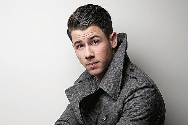 """Bu iki arkadaşın farklı zamanlarda ilişki yaşadığı kişi ise Nick Jonas'tı. Ancak Jonas yüzünden """"sen nasıl arkadaşının eski sevgilisiyle flört edersin"""" sorusu ortaya çıktı ve Gomez ile Cyrus'ın arkadaşlığı bitti."""
