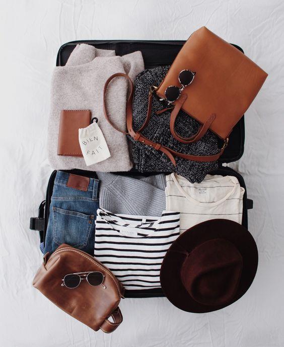 Renk ve tarz kombinasyonlarına dikkat etmek  İyi bir valizde her bir parçayı birden çok parçayla birleştirip kullanabilmelisiniz. Kıyafetlerinizi alt-üst, ayakkabı ve aksesuar halinde bir bütün olarak düşünün. Olmazsa olmaz 1-2 parçayı belirledikten sonra, bu parçalarla kullanabileceğiniz başka kıyafetleri yanınıza alın ki, değiştirerek kullanabilesiniz.