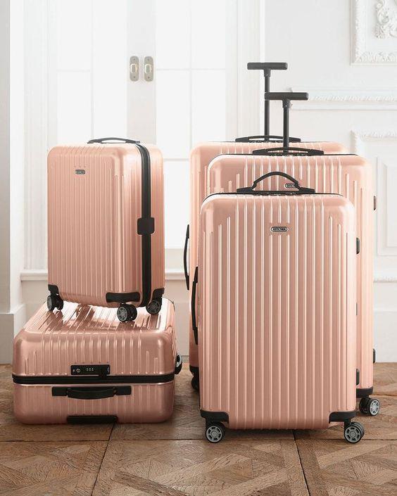 Doğru bavul boyutu seçmek  İyi bir bavul hazırlamanın ilk kuralı iyi bir bavul seçmektir. İhtiyaçlarınıza en uygun olanıdır. Yani kısa süreli bir tatile çıkacaksanız, küçük bir el bagajı veya sırt çantası yeterli olacaktır. Bu sayede uçaktan inince uzun süren bavul sırasında beklemenize de gerek kalmaz. Daha uzun süre kalacaksanız, elbette büyük bir bavul götürmeniz gerekebilir.