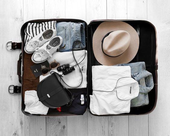 """""""KonMari"""" katlama metodunu denemek  Dolaplardan sonra valizlerde de kullanılan bu metot sayesinde hem yerden tasarruf edebiliyor, hem de kıyafetlerinizi alt alta yerleştirmediğiniz için aradığınızı kolayca ve her şeyi yerinden oynatmadan bulabiliyorsunuz."""