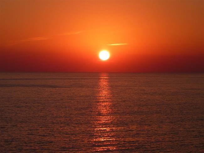 """Saatlerinizi ayarlayın! 16:08' de Gökyüzünde Merkür cazimi konumda olacak.  Cazimi (aynı zamanda Casimi'nin yazıldığı ve bazen Zaminium olarak da adlandırılır), """"Güneş'in kalbi"""" veya """"Güneş'in kalbinde"""" anlamına gelen teknik bir Arapça kelimedir. Güneş diskinin kesin merkezi ile çok yakınında bulunan bir gezegenin güneş ile kavuşmasına verilen astrolojik bir terimdir. Bu olay Yüzyılda 13 defa gerçekleşir.  Yazan: Astromatik Aygül Aydın"""
