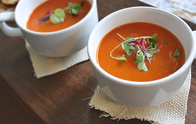 10.Etin yanında sebze şart  Bayramların en keyifli anlarından biri de tüm ailenin bir arada olduğu yemek ziyafetleri. Ancak sofrada uzun zaman geçirilmesi ve fazla çeşitli yemeklerin bulunması gereğinden fazla yemek yemeye bunun sonucunda da kan şekerinde ani yükselmeye yol açabiliyor. Bu nedenle bu tür ziyafetlerde tüketeceğiniz etin yanına mutlaka sebze, çorba ve yoğurt gibi kalori yoğunluğu düşük, sindirim sistemini hareketlendiren besinler ekleyin. Tek başına et yemek hem tükettiğiniz et porsiyonunun dolayısıyla yağ alımınızın artmasına, hem de sindirim sisteminin çok yorulmasına neden oluyor.