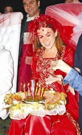 Tuzcuoğlu ve Gürsoy için dizinin çekildiği Ege bölgesinin geleneklerine uygun bir kına gecesi düzenlendi.