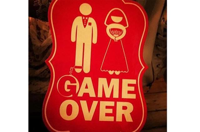 Bu arada masaların üstündeki 'Game over' (oyun bitti) yazılı kartlar dikkat çekti.