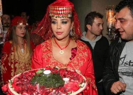 TANYELİ  Dansoz Tanyeli, Yunan Alex Syropoulos ile evlenmeden önce bir kına gecesi düzenledi.