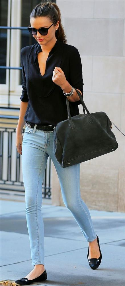 Bir orta boy çanta ya da büyük baskılı çantalar seçenekleriniz arasında olabilir.