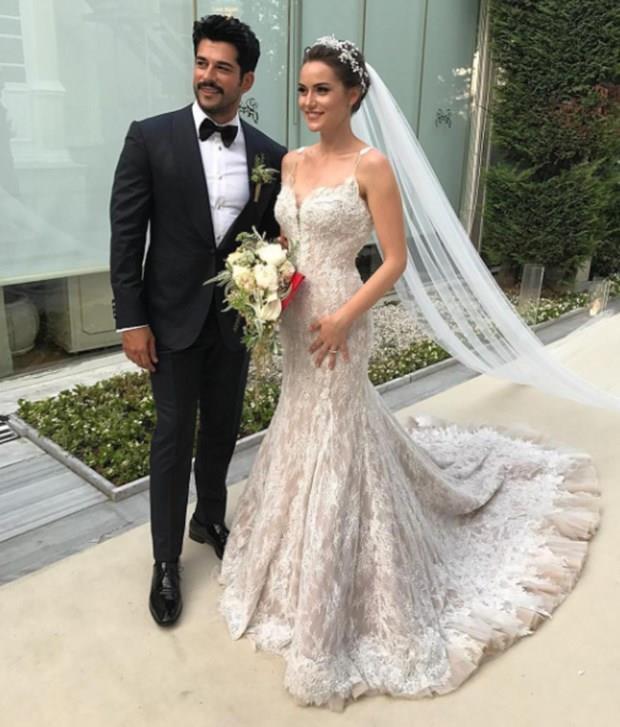 Çiftin nikahını Beşiktaş Belediye Başkanı Murat Haznedar kıyarken, damadın şahitliğini yapımcı Timur Savcı, gelinin şahitliğini ise Banu Savcı yaptı.