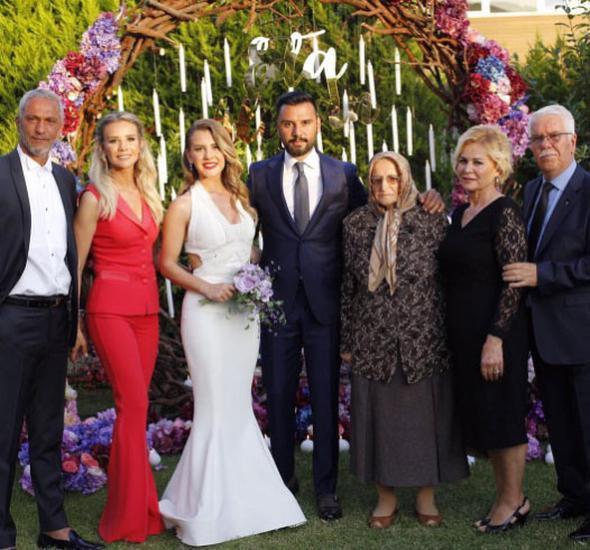 Kasım ayında nikah masasına oturmaya hazırlanan çift aile arasında gerçekleşen törenle nişanlandı.