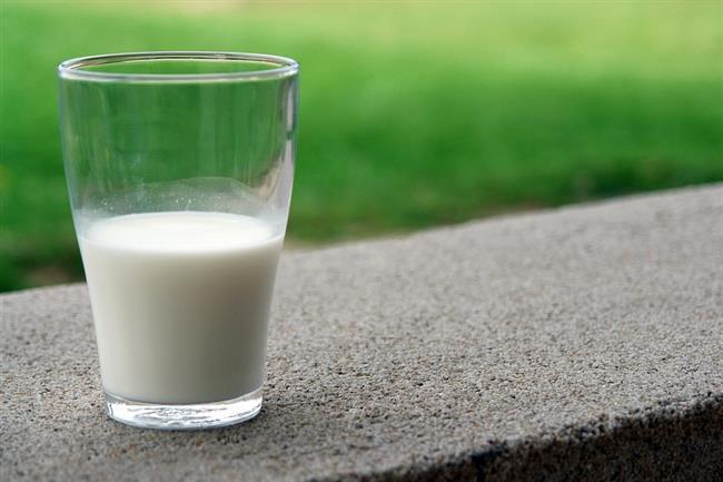 Süt:   •Vücudumuzun protein, yağ ve karbonhidratı yeterli dozda içeren en değerli besin kaynaklarından biri olan sütün;  •İçeriğindeki kalsiyum sayesinde özellikle göbek bölgesindeki yağlanmayı azalttığına dair olumlu çalışmalar vardır.   •Süt ve süt ürünleri ile yumurta, balık ve tavuk proteinden zengin gıdalar olarak uzun süre tok tutuyor ve kilo vermeye yardımcı oluyor.