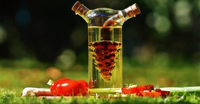 Sirke: Sirke ilave edilen yemekler vücutta karbonhidratların emilimini yavaşlatarak kan şekerinin ani dalgalanmalarının önlenmesine yardımcı oluyor. Besinlerin mideye geçişini yavaşlatarak uzun süre tok kalmayı sağlıyor.