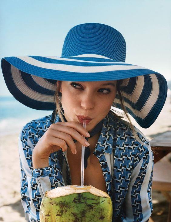 Hasır şapkanın altında kalan saçlarınız için sade bir saç tarzını kullanmanızı tavsiye ederiz. Hafif dalgalı saçlar ya da basit bir örgü ile kullanacağınız hasır şapkalar sizi daha cool bir görünüme kavuşturmaya yetecektir.